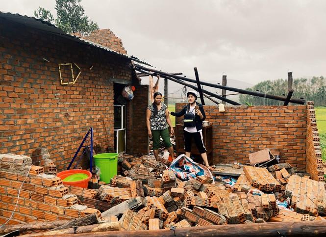 Diễn viên Hồ Bích Trâm hỗ trợ xây nhà, tặng quà bà con vùng bão lũ Quảng Ngãi - ảnh 2