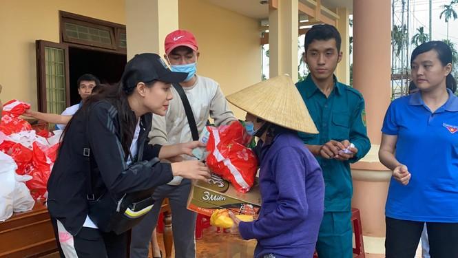 Diễn viên Hồ Bích Trâm hỗ trợ xây nhà, tặng quà bà con vùng bão lũ Quảng Ngãi - ảnh 8