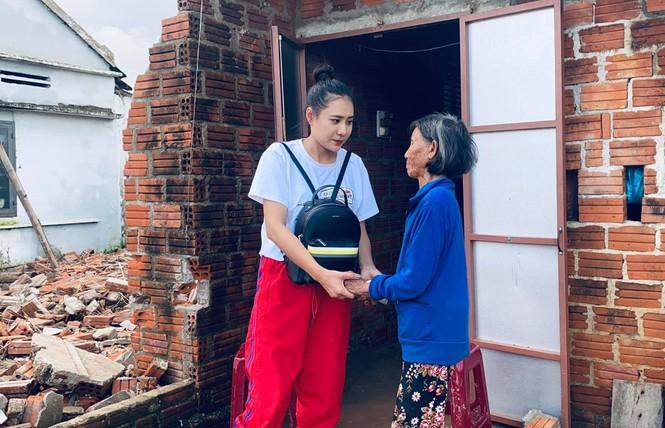 Diễn viên Hồ Bích Trâm hỗ trợ xây nhà, tặng quà bà con vùng bão lũ Quảng Ngãi - ảnh 3