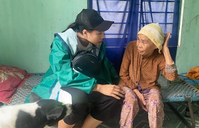 Diễn viên Hồ Bích Trâm hỗ trợ xây nhà, tặng quà bà con vùng bão lũ Quảng Ngãi - ảnh 6