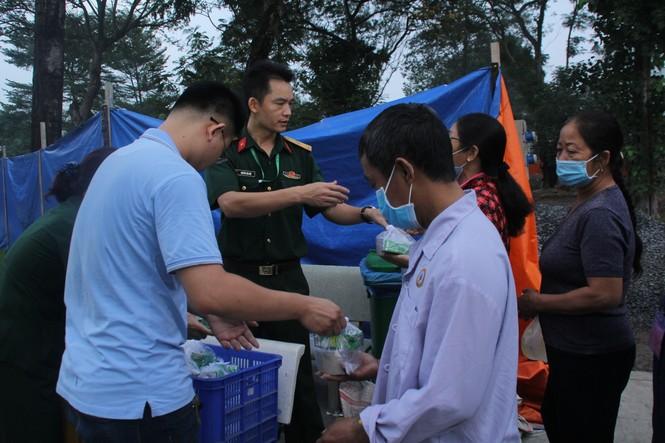 Đoàn viên, thanh niên mang phần ăn sáng đến người bệnh  - ảnh 17