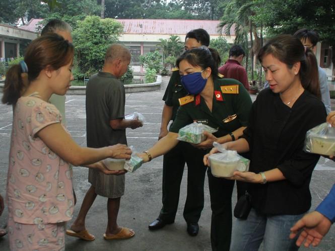 Đoàn viên, thanh niên mang phần ăn sáng đến người bệnh  - ảnh 12