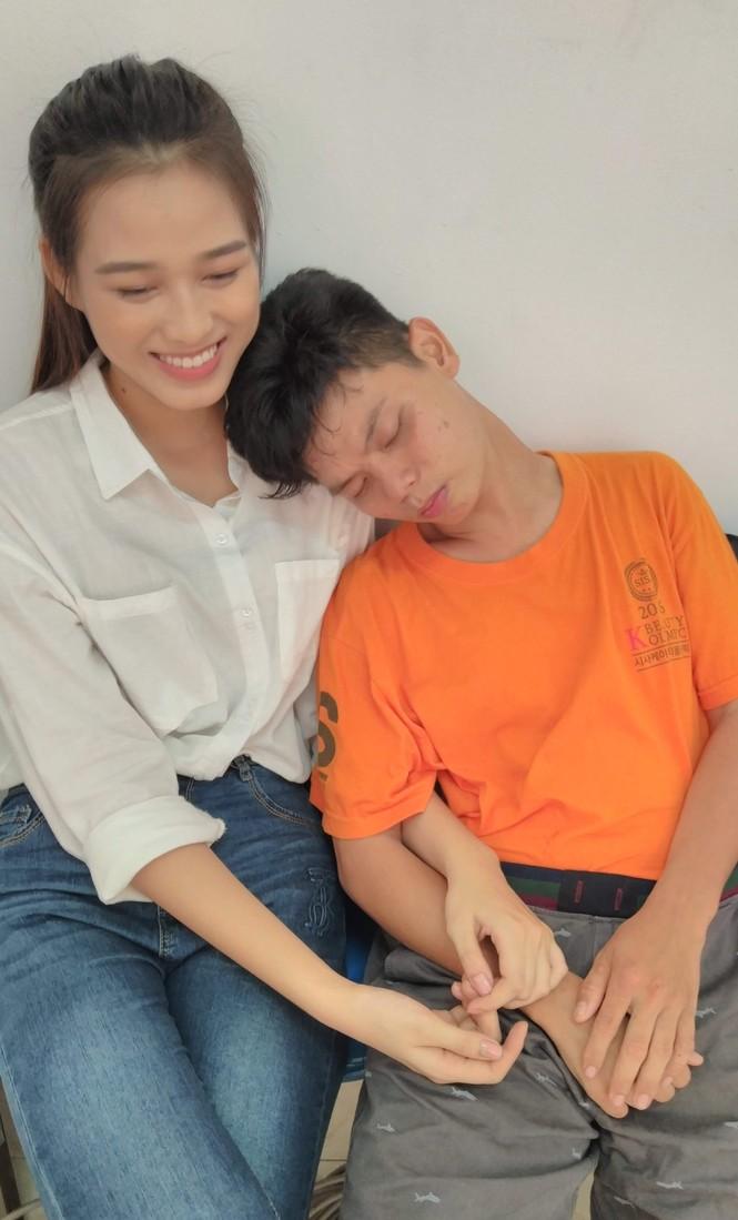 Những khoảnh khắc đẹp của tân Hoa hậu Việt Nam Đỗ Thị Hà tại hành trình nhân ái  - ảnh 4