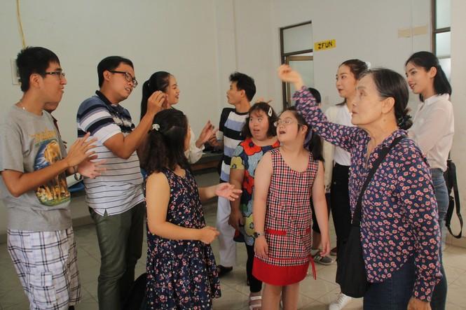 Những khoảnh khắc đẹp của tân Hoa hậu Việt Nam Đỗ Thị Hà tại hành trình nhân ái  - ảnh 1