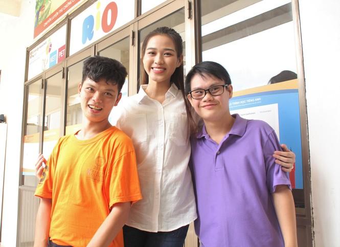 Những khoảnh khắc đẹp của tân Hoa hậu Việt Nam Đỗ Thị Hà tại hành trình nhân ái  - ảnh 2
