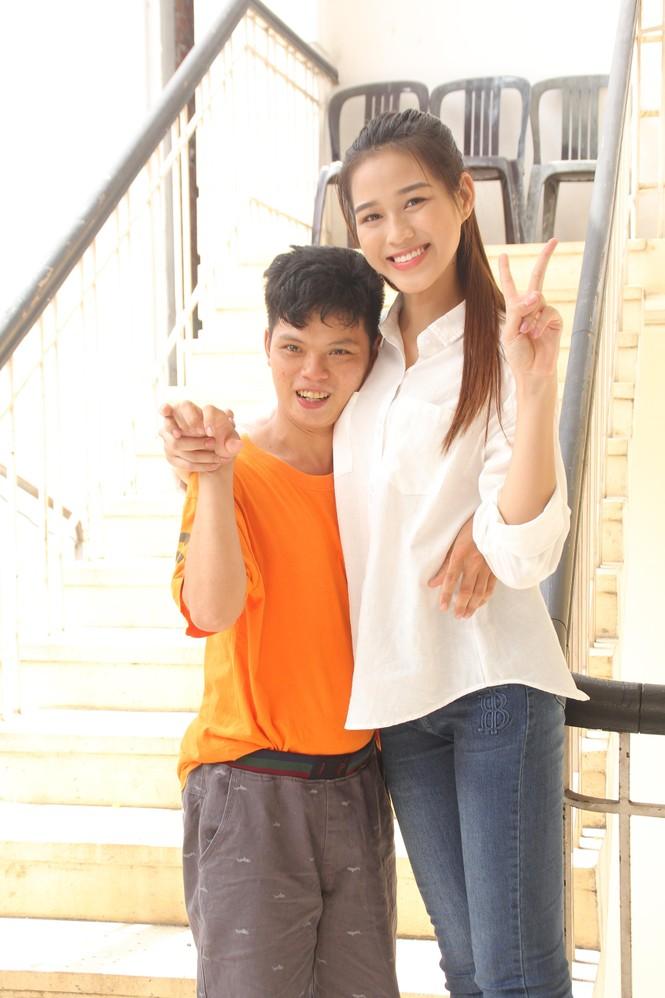 Những khoảnh khắc đẹp của tân Hoa hậu Việt Nam Đỗ Thị Hà tại hành trình nhân ái  - ảnh 3