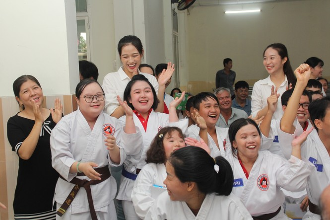 Những khoảnh khắc đẹp của tân Hoa hậu Việt Nam Đỗ Thị Hà tại hành trình nhân ái  - ảnh 10
