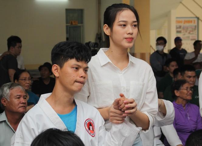 Những khoảnh khắc đẹp của tân Hoa hậu Việt Nam Đỗ Thị Hà tại hành trình nhân ái  - ảnh 8