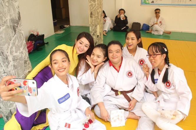 Những khoảnh khắc đẹp của tân Hoa hậu Việt Nam Đỗ Thị Hà tại hành trình nhân ái  - ảnh 11