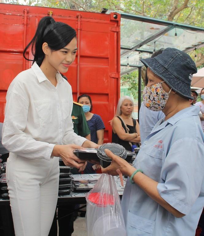 Chuyến thiện nguyện đầu tiên của Top 3 HHVN 2020 đến với các bệnh nhân, thương bệnh binh - ảnh 10