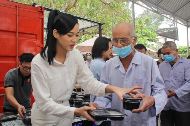 Chuyến thiện nguyện đầu tiên của Top 3 HHVN 2020 đến với các bệnh nhân, thương bệnh binh - ảnh 11