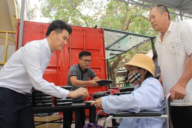 Chuyến thiện nguyện đầu tiên của Top 3 HHVN 2020 đến với các bệnh nhân, thương bệnh binh - ảnh 14