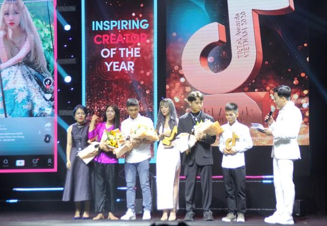 Anh chăn bò Ytiet, mẹ đơn thân thắng giải 'sáng tạo truyền cảm hứng' - ảnh 3