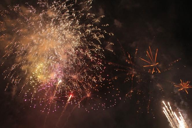 Người dân thành phố Thủ Đức hân hoan với màn pháo hoa chào năm mới - ảnh 10