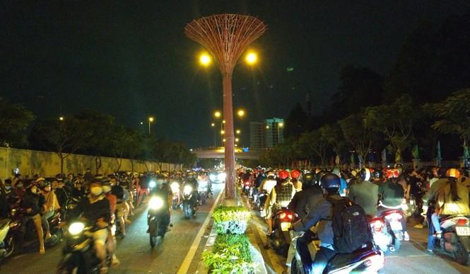 Người dân thành phố Thủ Đức hân hoan với màn pháo hoa chào năm mới - ảnh 1