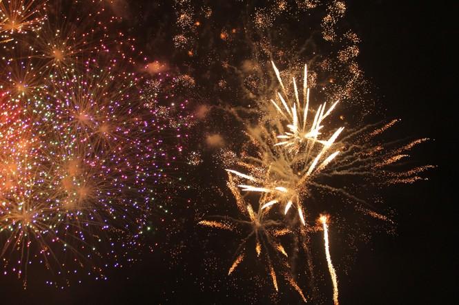 Người dân thành phố Thủ Đức hân hoan với màn pháo hoa chào năm mới - ảnh 18