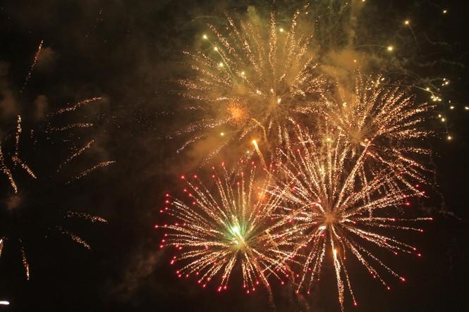 Người dân thành phố Thủ Đức hân hoan với màn pháo hoa chào năm mới - ảnh 22