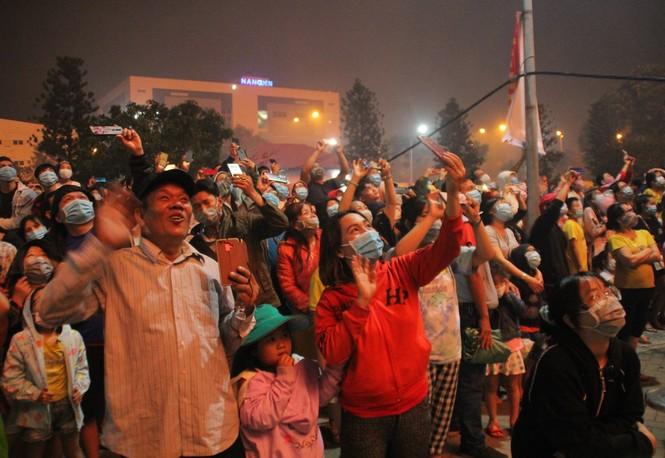 Người dân thành phố Thủ Đức hân hoan với màn pháo hoa chào năm mới - ảnh 17