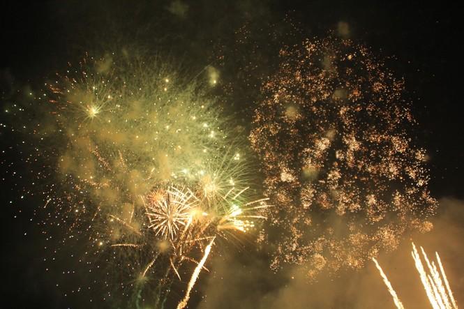 Người dân thành phố Thủ Đức hân hoan với màn pháo hoa chào năm mới - ảnh 25