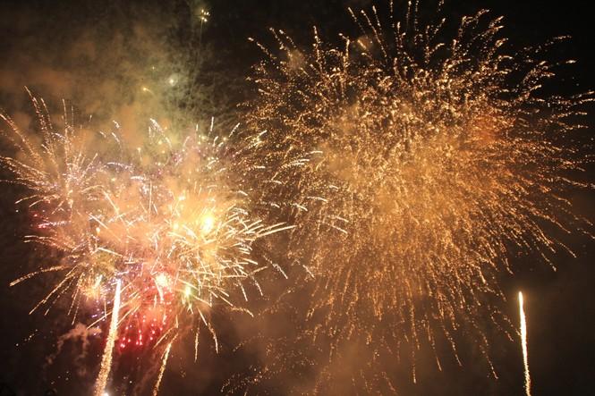 Người dân thành phố Thủ Đức hân hoan với màn pháo hoa chào năm mới - ảnh 24