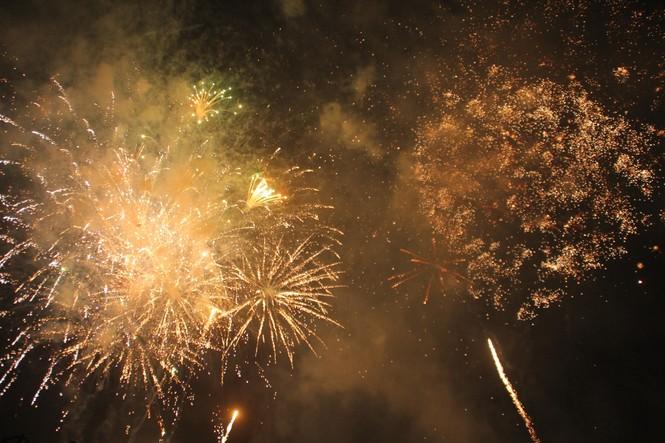 Người dân thành phố Thủ Đức hân hoan với màn pháo hoa chào năm mới - ảnh 26