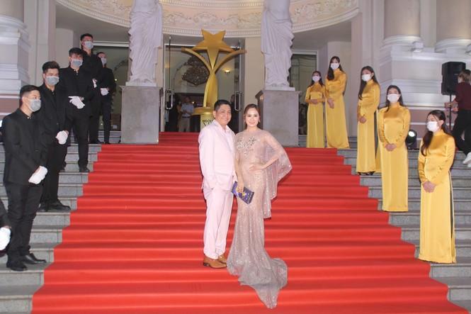Hoa hậu Đỗ Thị Hà, người đẹp Cẩm Đan gợi cảm trên thảm đỏ Ngôi sao xanh 2020 - ảnh 17