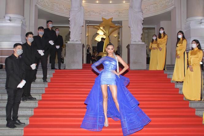 Hoa hậu Đỗ Thị Hà, người đẹp Cẩm Đan gợi cảm trên thảm đỏ Ngôi sao xanh 2020 - ảnh 3