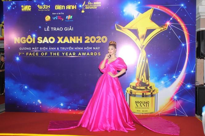 Hoa hậu Đỗ Thị Hà, người đẹp Cẩm Đan gợi cảm trên thảm đỏ Ngôi sao xanh 2020 - ảnh 1