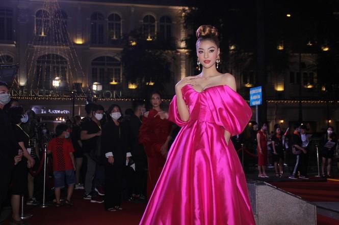 Hoa hậu Đỗ Thị Hà, người đẹp Cẩm Đan gợi cảm trên thảm đỏ Ngôi sao xanh 2020 - ảnh 2
