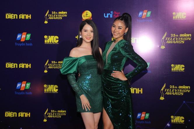 Hoa hậu Đỗ Thị Hà, người đẹp Cẩm Đan gợi cảm trên thảm đỏ Ngôi sao xanh 2020 - ảnh 12