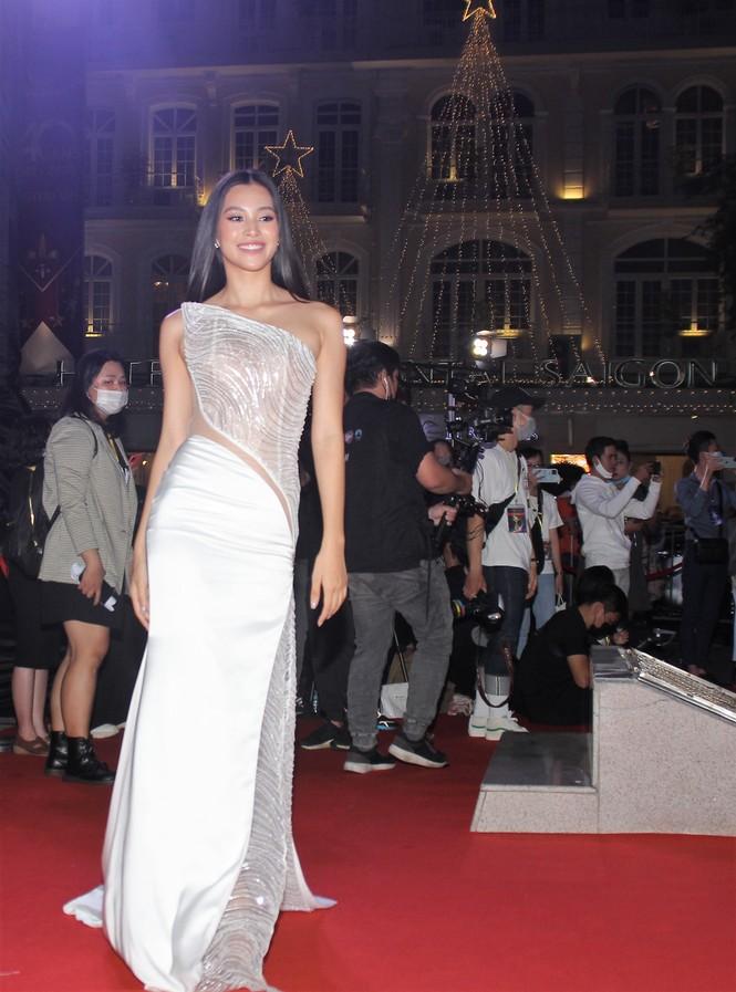 Hoa hậu Đỗ Thị Hà, người đẹp Cẩm Đan gợi cảm trên thảm đỏ Ngôi sao xanh 2020 - ảnh 4