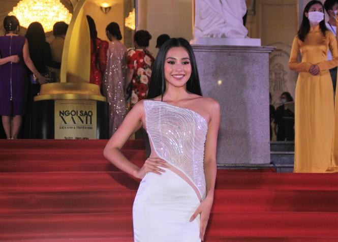 Hoa hậu Đỗ Thị Hà, người đẹp Cẩm Đan gợi cảm trên thảm đỏ Ngôi sao xanh 2020 - ảnh 5