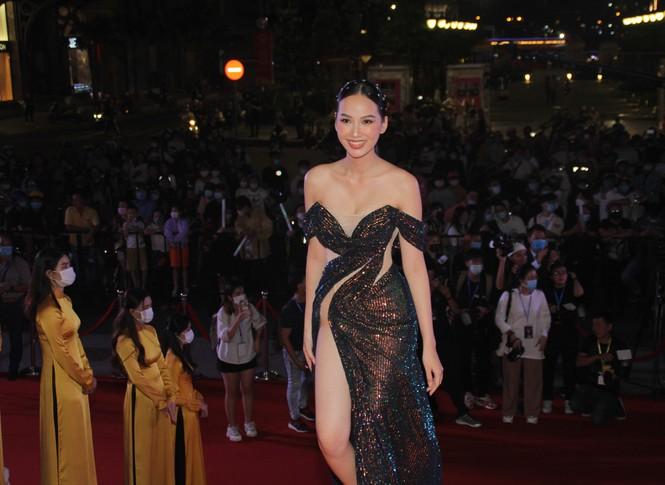 Hoa hậu Đỗ Thị Hà, người đẹp Cẩm Đan gợi cảm trên thảm đỏ Ngôi sao xanh 2020 - ảnh 10