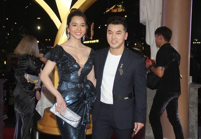 Hoa hậu Đỗ Thị Hà, người đẹp Cẩm Đan gợi cảm trên thảm đỏ Ngôi sao xanh 2020 - ảnh 14