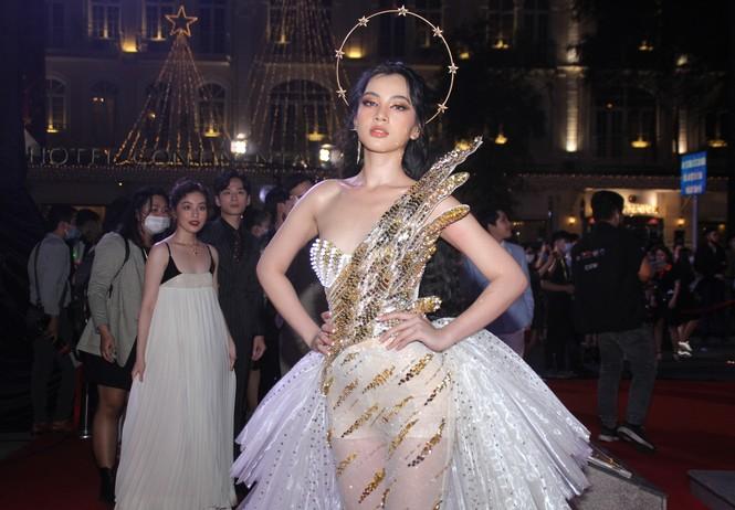 Hoa hậu Đỗ Thị Hà, người đẹp Cẩm Đan gợi cảm trên thảm đỏ Ngôi sao xanh 2020 - ảnh 11