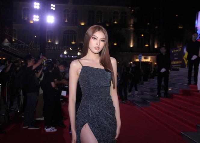 Hoa hậu Đỗ Thị Hà, người đẹp Cẩm Đan gợi cảm trên thảm đỏ Ngôi sao xanh 2020 - ảnh 8