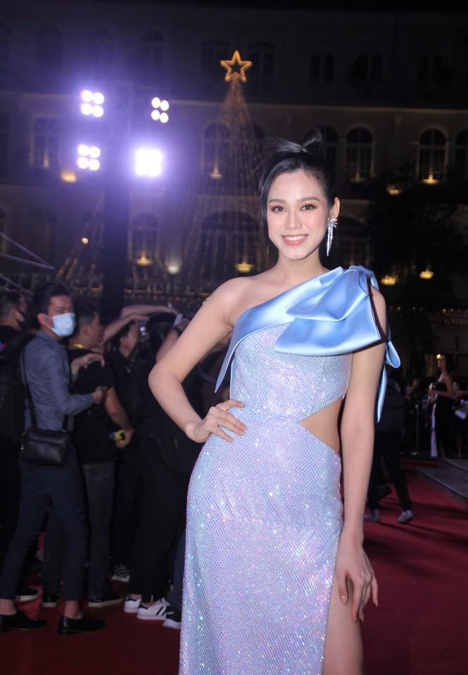 Hoa hậu Đỗ Thị Hà, người đẹp Cẩm Đan gợi cảm trên thảm đỏ Ngôi sao xanh 2020 - ảnh 6
