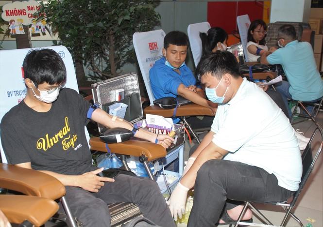 Ra quân Xuân tình nguyện, bạn trẻ TPHCM hiến máu, chỉnh trang viện dưỡng lão - ảnh 6