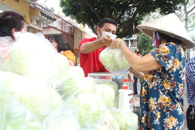 Người dân TPHCM hào hứng giải cứu nông sản Hải Dương - Ảnh 9.