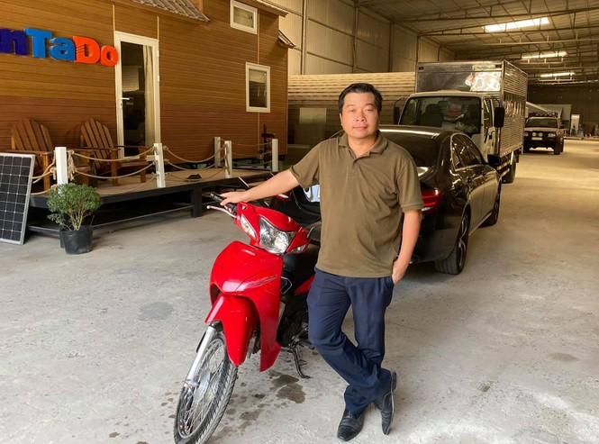 Hành động đẹp của chủ xe Mercedes với người đi xe máy cũ - ảnh 1