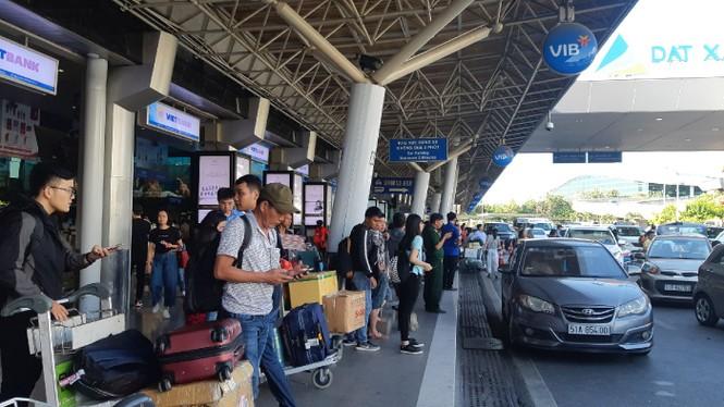 Hành khách ở sân bay tân sơn nhất mỏi mòn đợi taxi - ảnh 1