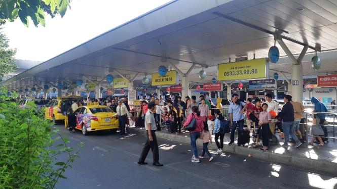 Hành khách ở sân bay tân sơn nhất mỏi mòn đợi taxi - ảnh 2