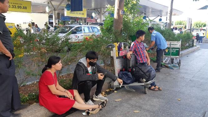 Hành khách ở sân bay tân sơn nhất mỏi mòn đợi taxi - ảnh 7