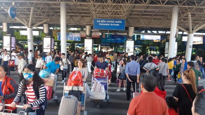 Hành khách ở sân bay tân sơn nhất mỏi mòn đợi taxi - ảnh 3