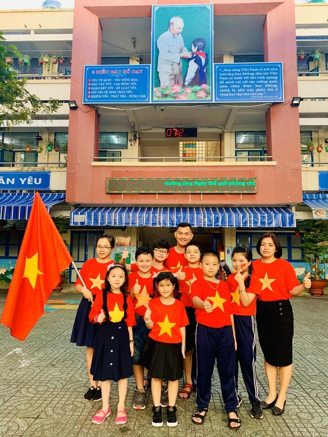 Học sinh tiểu học TPHCM diện áo cờ đỏ sao vàng tiếp lửa cho U22 Việt Nam - ảnh 3