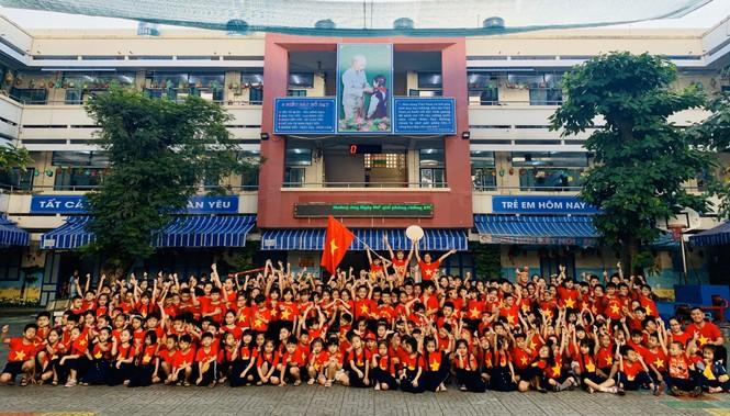 Học sinh tiểu học TPHCM diện áo cờ đỏ sao vàng tiếp lửa cho U22 Việt Nam - ảnh 5