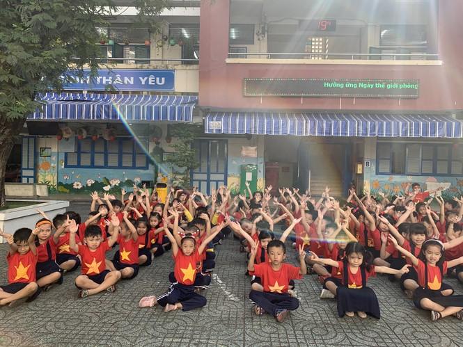 Học sinh tiểu học TPHCM diện áo cờ đỏ sao vàng tiếp lửa cho U22 Việt Nam - ảnh 1