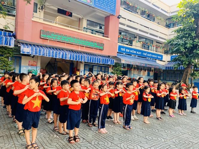 Học sinh tiểu học TPHCM diện áo cờ đỏ sao vàng tiếp lửa cho U22 Việt Nam - ảnh 4