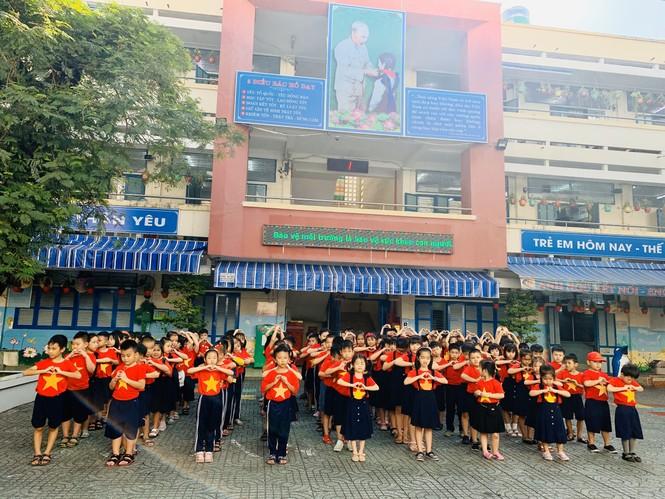 Học sinh tiểu học TPHCM diện áo cờ đỏ sao vàng tiếp lửa cho U22 Việt Nam - ảnh 2