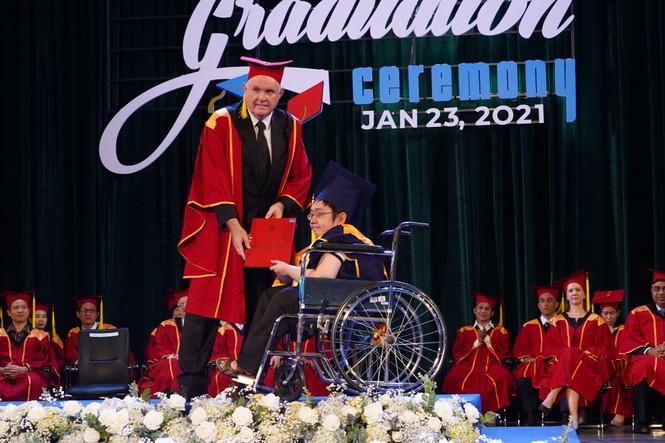 Tấm bằng đại học loại giỏi đổi bằng nước mắt của cha con nam sinh bại liệt - ảnh 3